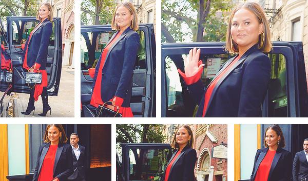 •••  CANDIDS La miss a été photographiée sortant de son appartement New yorkais, le 20 septembre 2018           Encore un top pour Chrissy. Elle les enchaîne ! J'aime le contraste robe rouge avec veste noire et cuissardes de la même couleur.