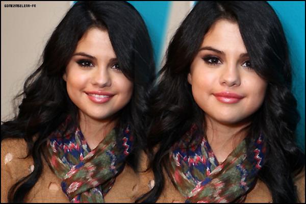Candid : 25 Avril 2012 : Selena a été aperçu Mercredi allant déjeuner avec sa maman Mandy au Ca'del Sole. Coté Tenue : Selena portait un legging à motif que je n'aime pas du tout avec un haut noir simple et des ballerines noires ainsi qu'un sac noir très beau et des lunettes très belles aussi. Tout est très beau sauf le legging qui est vraiment pas très beau, Donc un FLOP  & toi qu'en penses-tu ?