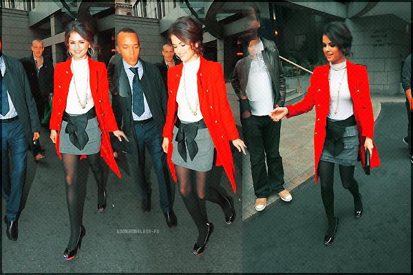 FLASHBACK : Candid du 27 Septembre 2010 : Redécouvrait la belle Selena sortant de son hôtel à Londres pour se rendre à une radio.