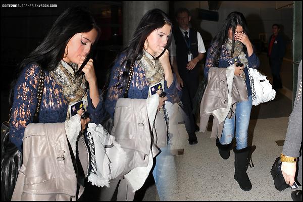Candid : Vendredi 25 Mai 2012 : Selena est enfin de retour à L.A ! Elle a été aperçu ce Vendredi en compagnie de son chéri à l'aéroport LAX. J'adore la tenue qu'elle porte, Un TOP  & Vous qu'en pensez vous ?