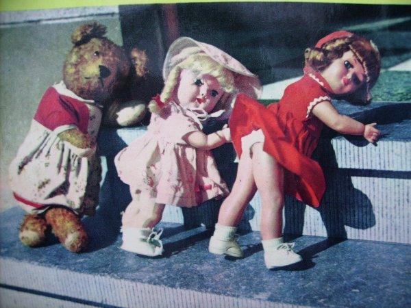 Pochette de disque avec poupées et ours.