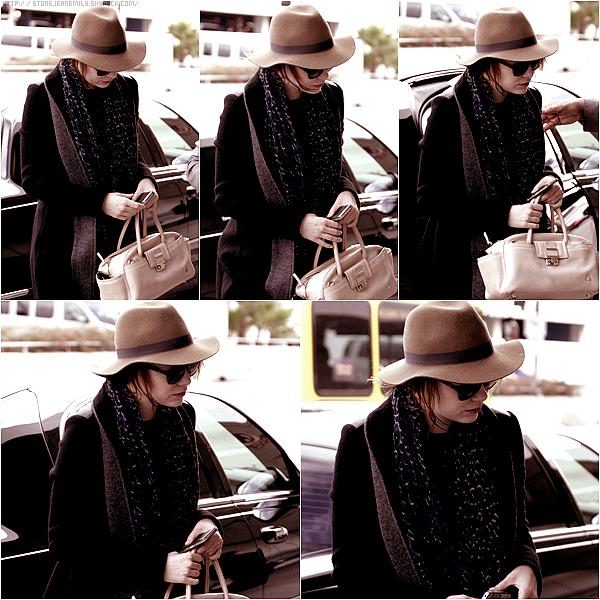 """Lundi 16 Janvier: Emma était à l'aéroport de LAX destination le Japon pour la conférence de presse du film """"The Amazing Spiderman""""."""