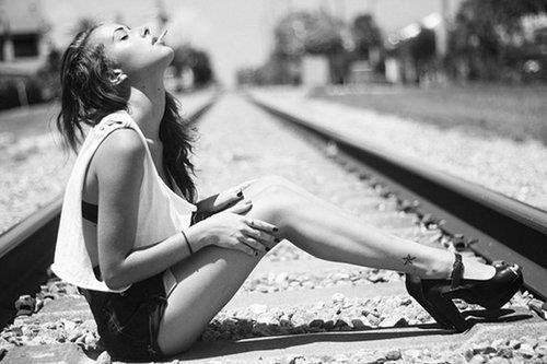 Tu sais, si tu ne t'accroches pas à tes petits bonheurs et aux personnes qui tiennent à toi, ils vont finir par partir..♥