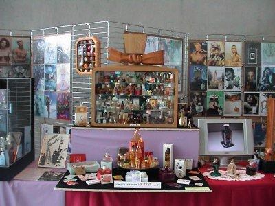 Exposition de Mulhouse 2009 vitrine Dior et le Monde en Parfum d'Isabel Derroisné