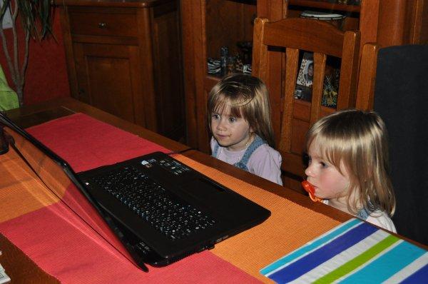 lana et lilou regardent des dessins animés sur l'ordinateur.
