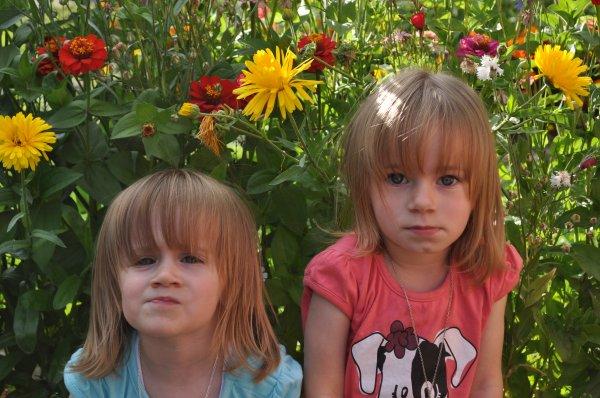 lana et lilou devant les fleurs de tonton et tata.