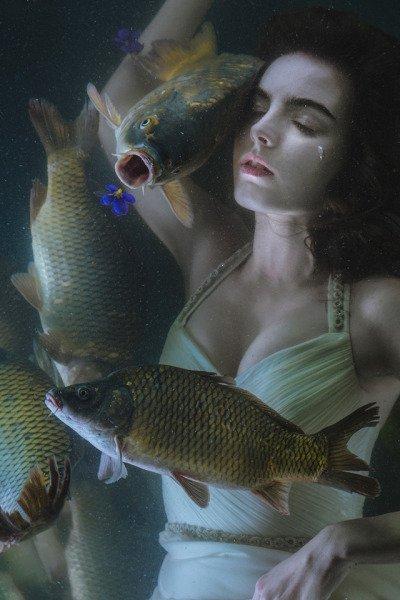 Dans l'océan je coule et le bonheur submerge mon âme