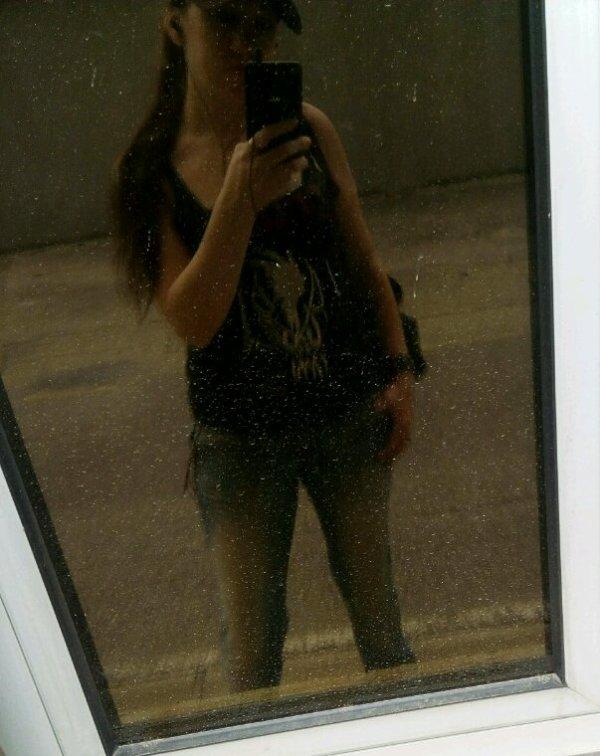 A travers la vitre sans teint mon reflet se tient