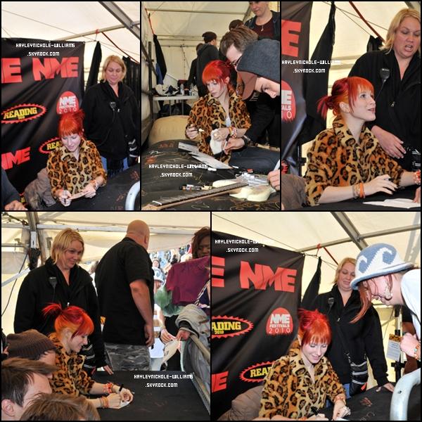 Hayley signant des autographes après le Reading Festival.