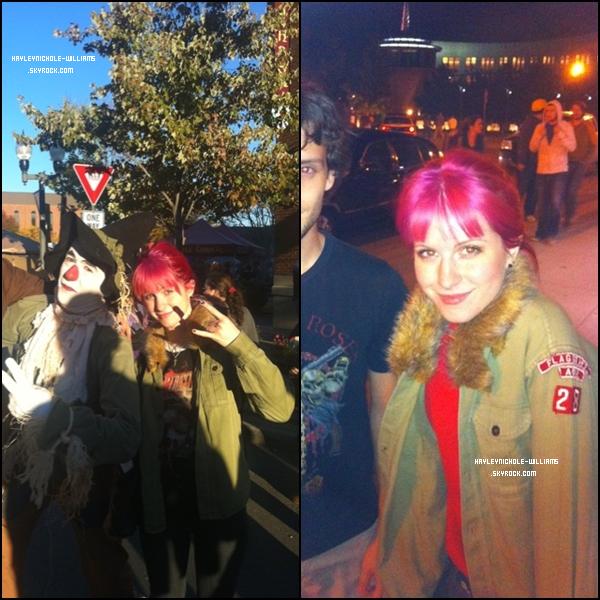Voici deux nouvelles photos d'Hayley. Nous avons maintenant la confirmation qu'elle s'est bien teint les cheveux en rose. Qu'est ce que vous en pensez?