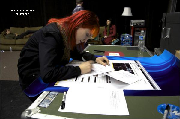 05/02/11 : Voici une photo d'Hayley lors d'une répétition pour un concert en Amérique latine. Elle est en train de signer des cartes pour la St-Valentin.Vous pouvez aussi voir un livechat en cliquant ici.
