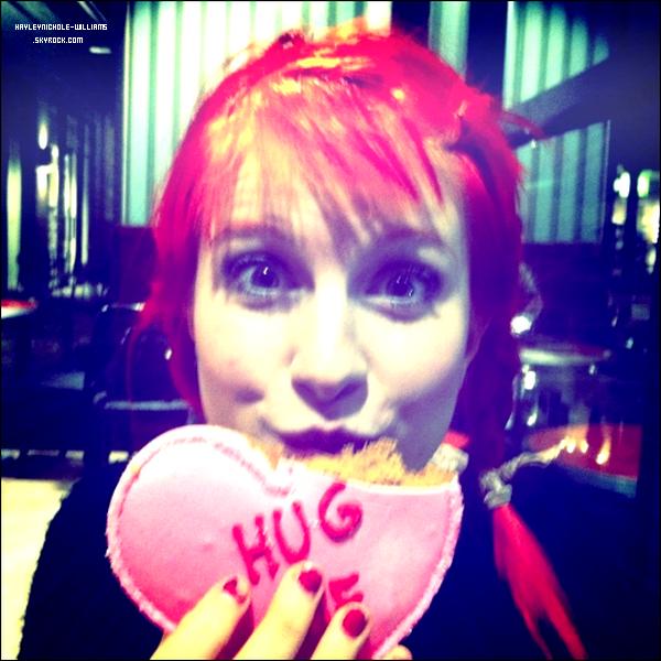 """11/02/11 : Hayley a posté cette photo sur le site de Paramore avec un commentaire : """"Excited for Valentine's Day"""" + 06/02/11 : Voici une photo d'Hayley lors des répétitions pour leur prochain concert en Amérique latine."""