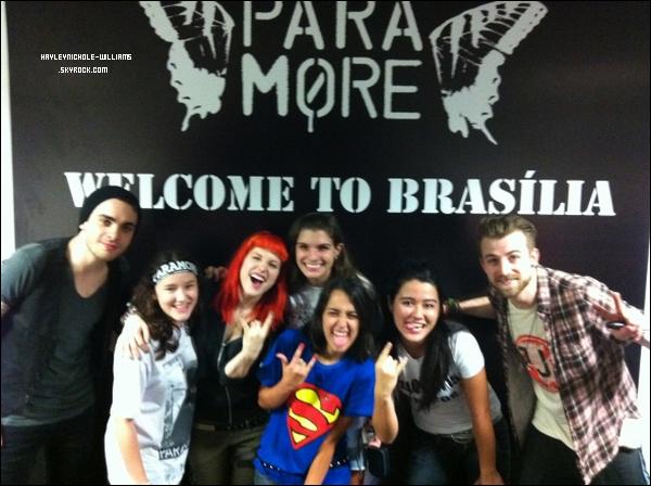 Voici Hayley et les membres du groupe Paramore, au Brésil, avec les gagnants d'un concours.