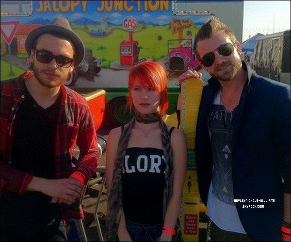 """30 avril 2011 : Hayley était au """"Jalopy Junction"""" avec Taylor et Jeremy."""
