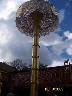 La légende de l'Elephant Blanc (ou le temple Wat Phra That Doi Suthep)  Selon la légende, un moine appelé Sumanathera de Sukhothai fit un rêve, dans ce rêve un dieu lui dit d'aller à Pang Cha et de rechercher une relique. On dit que Sumanathera se rendit ensuite à Pang Cha et y trouva un os, que beaucoup pensent être un os de l'épaule du Bouddha. La relique a montré des puissances magiques, elle a rougeoyé, elle pouvait disparaître, elle pouvait se déplacer et se répliquer. Sumanathera a apporter la relique au Roi Dharmmaraja qui régnait sur Sukhothai. Cependant, la relique ne montra aucune caractéristique anormale, et le roi, douteux de l'authenticité de la relique, dit à Sumanathera qu'il pouvait la garder. Cependant, le Roi Nu Naone du royaume de Lanna a entendu parler de la relique et a offert au moine de prendre la relique. En 1368, avec la permission de Dharmmaraja, Sumanathera a apporté la relique. La relique apparemment se dédoubla, une pièce étant de la même taille, l'autre étant plus petite que l'originale. Le plus petit morceau de la relique fut enchâssé au temple de Suandok (Chiang Mai). L'autre morceau fut placé par le roi Nu Naone sur le dos d'un éléphant blanc qui fut ensuite libéré dans la jungle. Il est dit que l'éléphant s'éleva vers le haut de Doi Suthep, alors appelé Doi Aoy Chang (montagne de l'éléphant de sucre), gémit trois fois avant de mourir à l'emplacement du Wat Phra that Doi Suthep. Ceci fut interprété comme un signe et le Roi Nu Naone ordonna la construction du temple à cet emplacement.