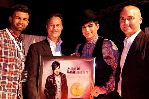 #122 Adam reçoit une plaque d'or pour son single Whataya Want From Me.