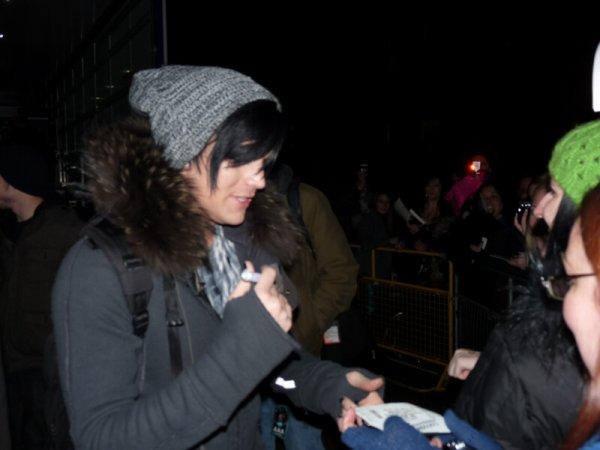#152 Adam signant des autographes à ses fans de Birmingham .