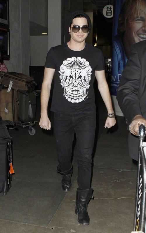 #189 Adam a été apperçu à l'aéroport LAX à Los Angeles. Après plusieurs de voyage et de concert, Adam pourra maintenant se reposer et penser à son nouvel album.