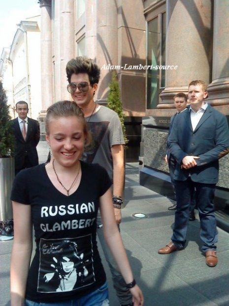 #414 Adam quittant son hotel à Moscou où des fans l'attendent. (29.05.11)