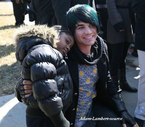 #454 Nouvelle (ancienne) photo de Adam posant avec une fan