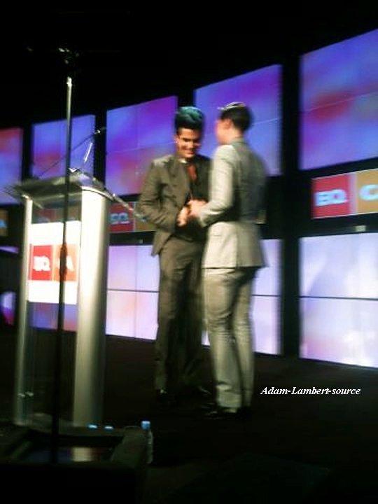 #617 Adam recevant son Equality Idol Award de Sam Sparrow. (13.08.11)