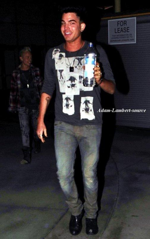#716 Adam arrivant au ArcLight Theater. (03.10.11)
