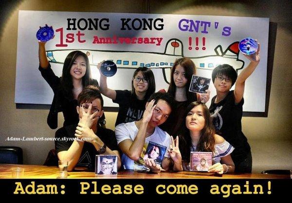 #734 Des fans célèbrant les 1 an du concert à Hong Kong durant le Glam Nation Tour.