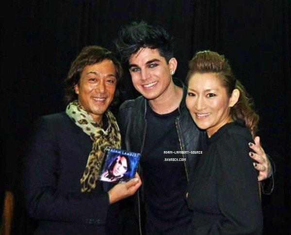 #902 Adam posant avec des participants à l'évènement Amway, à Shanghai (18.12.11) + des photos avec des fans.