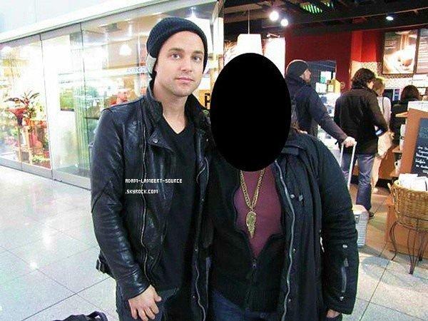 #995 Adam, Tommy et Isaac avec une fan à Munich, en Allemagne. (28.01.12)