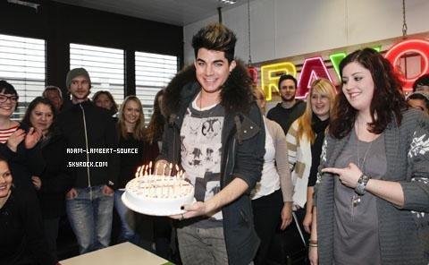 #1044 BRAVO (Allemagne): Un gâteau d'anniversaire pour Adam Lambert! (30.01.12)