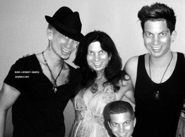#1448 Adam a tweeté une photo avec Sauli et sa mère, Leila. «Regardez ces deux chaudasses!! Mon homme et ma mère!» (26.07.12)