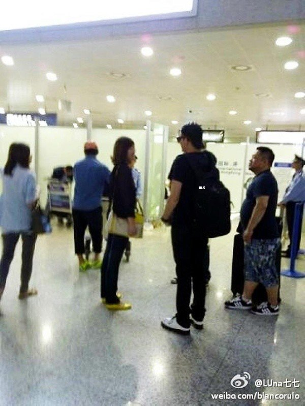 #1522 (FANPICS) Adam a l'aéroport de Chine. (01.10.12)
