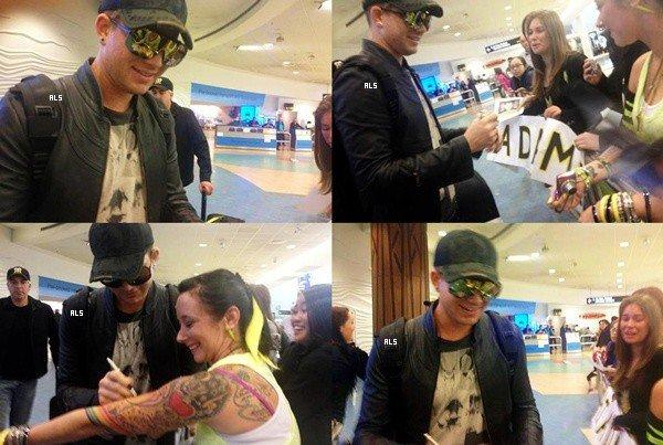#1529 (FANPICS) Adam a été accueilli par des fans à l'aéroport de Nouvelle-Zélande. (10.10.12)