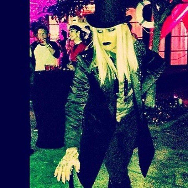 #1544 Adam et son copain Sauli était au Jason's 7th Annual Halloween Party, en Californie. (26.10.12)