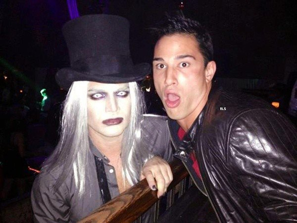 #1544 Adam et son copain Sauli était au Jason's 7th Annual Halloween Party, en Californie. (26.10.12)