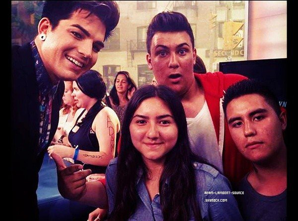 #1607 (FANPIC) Nouvelle photo d'Adam avec des fans à Toronto (mai 2012)