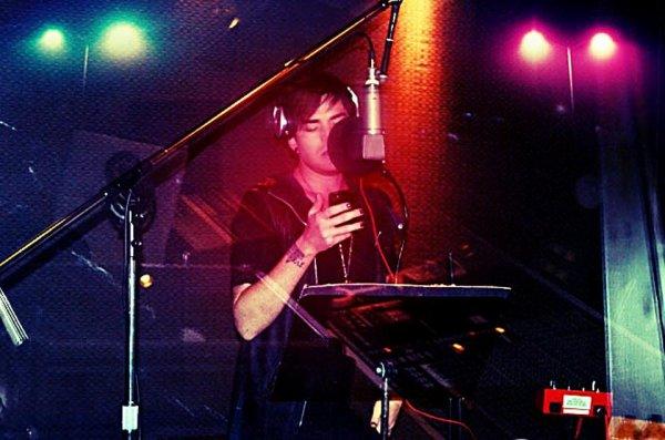 #1699 Nouvelle photo d'Adam en studio!