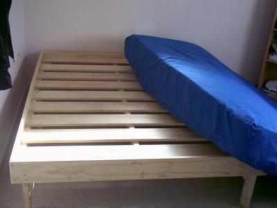 construire un lit en bois simple manires de construire un cadre de lit en bois with construire. Black Bedroom Furniture Sets. Home Design Ideas