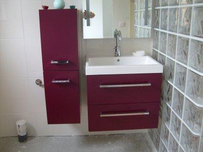 Un ensemble de meuble de salle d 39 eau avec vasque qui ce for Meuble salle eau