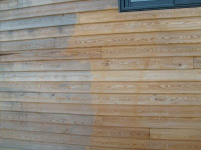 Un petit test de nettoyage du bardage avant l 39 application des traitements - Traitement bois avant peinture ...