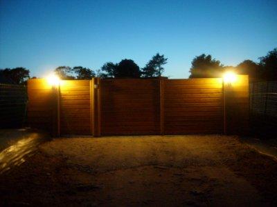 Ce soir c'est nocturne pour une première illumination du portail et des deux premières potilles de l'allèe, mais la discothèque n'est pas encore ouverte !!!!