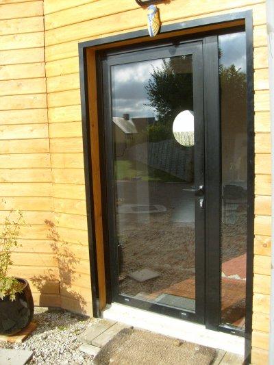 j'ai commencé de poser les dernières baguettes d'angle de finition extérieures des fenêtres et portes!!!