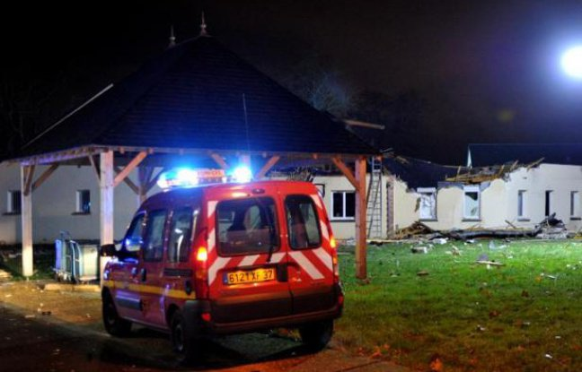 Un avion militaire s'écrase sur un foyer pour handicapés près de Tours: un mort, 5 blessés