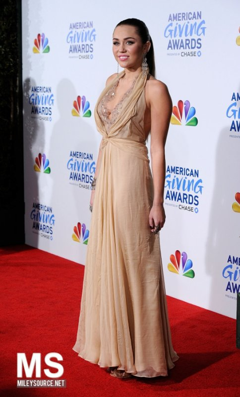 Miley no American Giving Awards