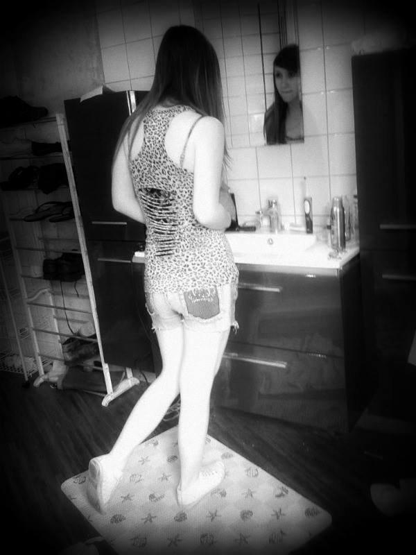 Dans le miroir ,j'vois mes défauts et mes défaites.