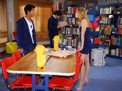 Alice agarra Tomás para deixar Pedro com ciúmes