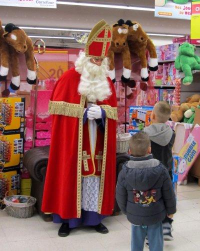 Saint Nicolas au rayon jouets...