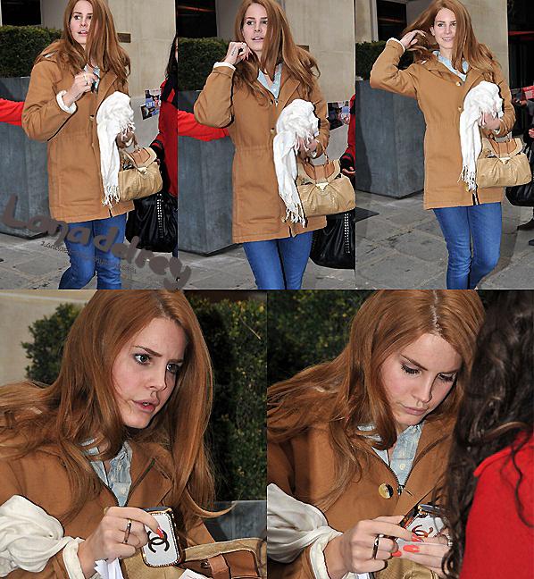 ** 31 Janvier 2012 : Sortant de son hôtel à Paris. **