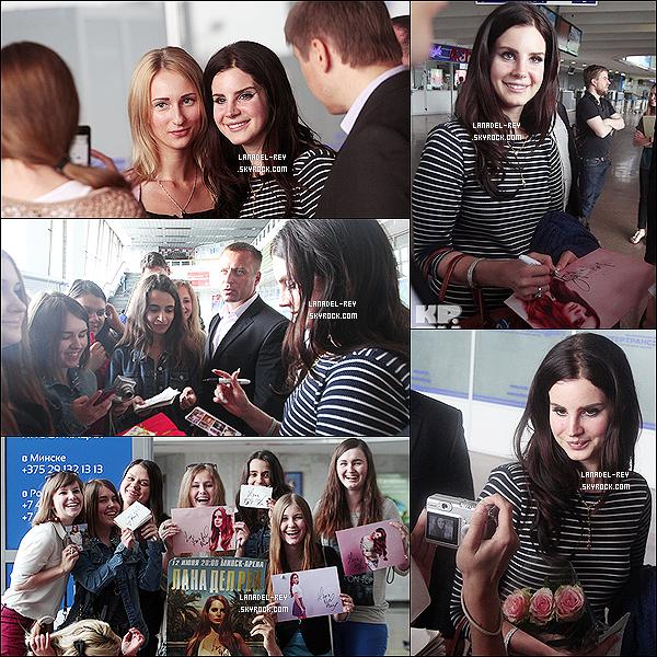 """11/06/13 : Lana a été vue arrivant à l'aéroport nationale """"Minsk"""" en Biélorussie, pour effectuer un concert ! Je trouve Lana Del Rey sublime, la belle a fait des photos avec ses fans, de plus elle était très souriante ! Elle est juste adorable !"""