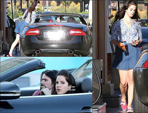9 août 2013 : Lana a été aperçue avec son boyfriend Barrie James O'Neill à une station d'essence.Pour les plus curieux, Lana Del Rey a acheté un soda et un casse-croute, oooouuuuuuuui, que c'est passiooooooonnant !!!
